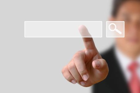 Homme d'affaires cliquant internet page de recherche sur l'écran d'ordinateur tactile Banque d'images