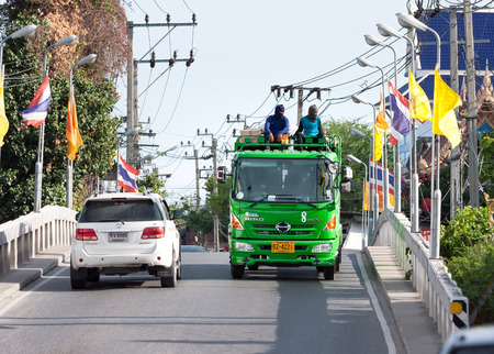 recolector de basura: Samut Prakan, Tailandia - 6 de junio de 2015: Camión de basura con los trabajadores que se sienta encima unidades través de un puente, departamento de la ciudad de limpieza trabaja 6 días a la semana para recoger la basura de 1.262 millones de personas Editorial