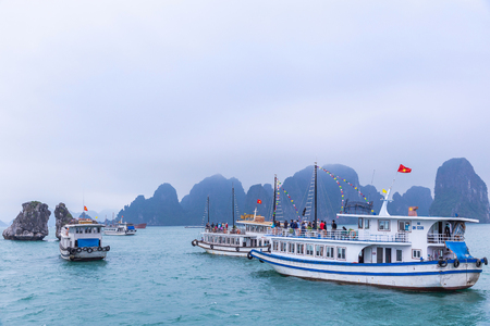 Halong Bay, Vietnam - March 6, 2019 : Tourist ferry boat in Halong Bay, The Unesco world heritage site in Vietnem. Stockfoto