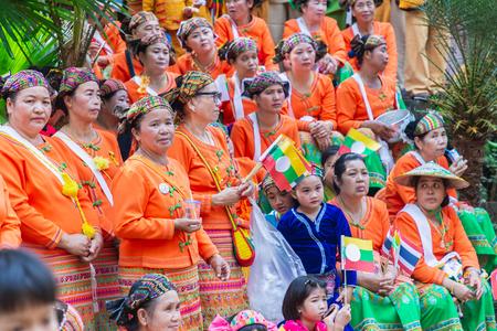 Thoet Thai, Chiang Rai - Tajlandia, 12 grudnia 2018 r.: Grupa Shan lub Tai Yai (grupa etniczna mieszkająca w częściach Myanmaru i Tajlandii) w plemiennym stroju do rodzimego tańca podczas obchodów Nowego Roku w Shan.
