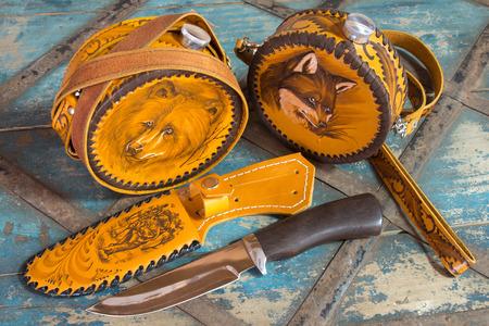 scheide: Messer mit Lederscheide und einem Kolben mit Bildern