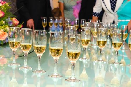 set de pie sobre una mesa con copas de champán