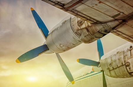夕暮れ時のプロペラの古い翼の航空機