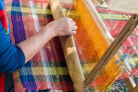 古い木製織機のスレッドを織り 写真素材