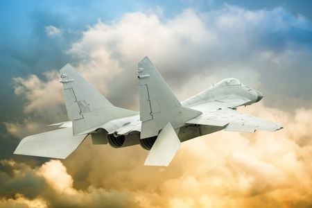 フィールドの浅い深さで空に対して現代の軍用機 写真素材 - 62592636