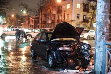 Accident de voiture de nuit sur la route à faible profondeur de champ Banque d'images