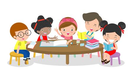 Schüler lernen im Klassenzimmer, Jungen und Mädchen sitzen am runden Tisch, Kinder lesen Bücher und diskutieren sie, kreative Aktivitäten für gemischtrassige Kinder, Vektorillustration
