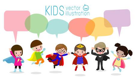 スピーチバブルを持つかわいいスーパーヒーローの子供たち、白い背景に隔離されたスピーチバブルを持つスーパーヒーローの子供のセット