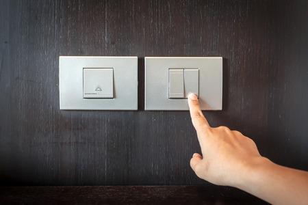 hand te drukken elektronische-lichtschakelaar Stockfoto