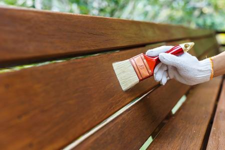 porte-balai à la main et la peinture du bois Banque d'images
