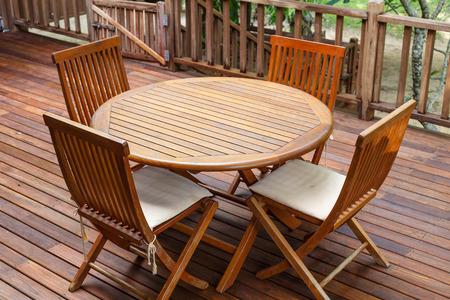 Teakhouten meubelen staan op het terras Stockfoto