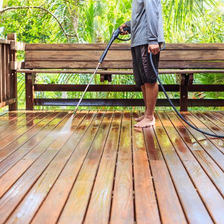 Thai Mann eine Hochdruckreinigung auf Holz zu tun Standard-Bild