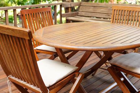 Teak houten meubelen staan op het terras