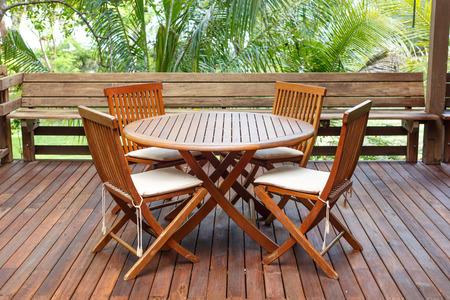Teak houten meubelen staan op het terras Stockfoto