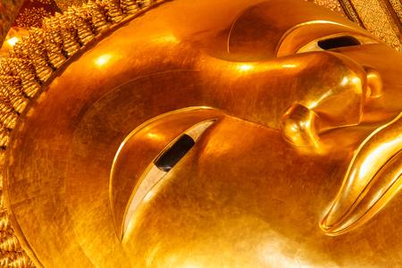 far east: Oro Buda Reclinado cara estatua. Wat Pho, Bangkok, Tailandia Foto de archivo