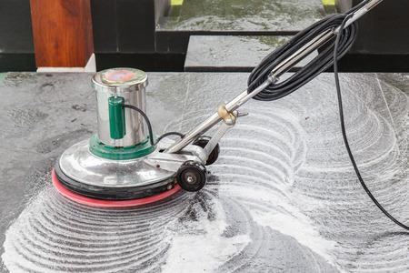 suelos: Los tailandeses limpieza piso de granito negro con la m�quina y qu�mica
