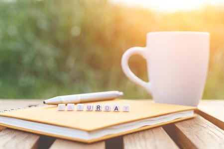 Samedi écrit en perles de lettres et une tasse de café sur la table