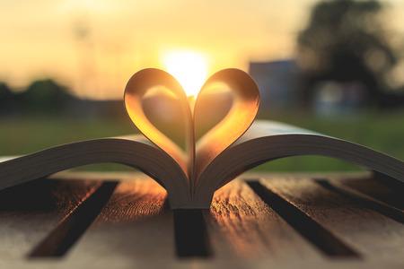 Close-up boek op tafel in de zonsondergang tijd
