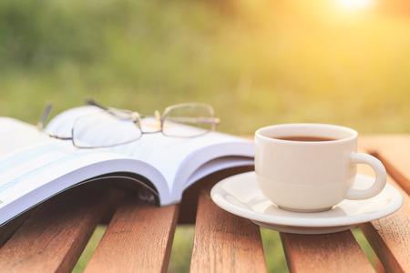 Close up Tasse Kaffee und Buch auf dem Tisch am Morgen
