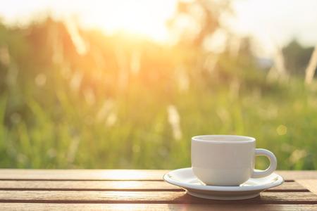 filiżanka kawy: Filiżanka kawy na stole w godzinach porannych