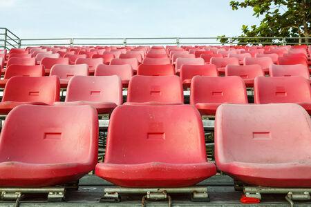 grandstand: Sillas vac�as de pl�stico son en estadio tribuna