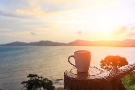 コーヒー カップと sutset 写真素材