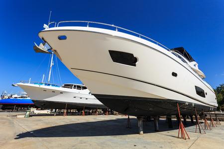 年次サービスと修理のため浜の豪華ヨット