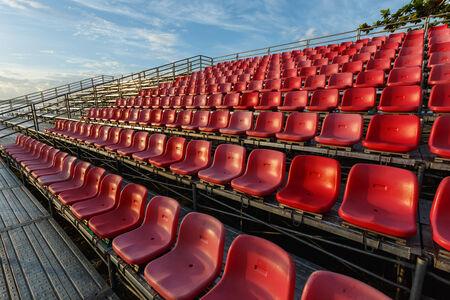 grandstand: Sillas de pl�stico vac�os en el estadio tribuna temporal en Phuket, Tailandia