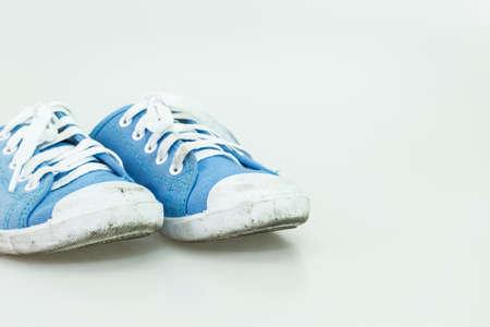 mujer golpeada: Dirty zapato ni�o aislado en fondo blanco