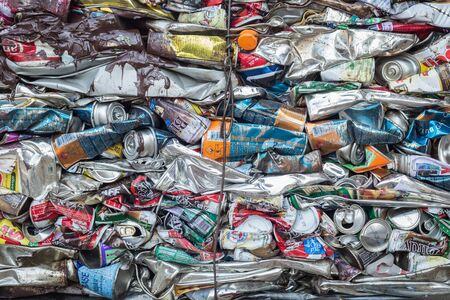 crushed aluminum cans: BANGKOK, Tailandia - 03 de marzo: la soda machacada y latas de cerveza en un centro de reciclaje en Phuket, el 3 de marzo de 2015. Las latas ser�n enviados a una fundici�n de aluminio.