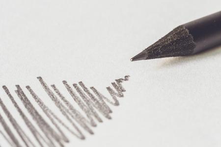 pencil paper: Cierre de l�piz Negro con ictus en papel blanco
