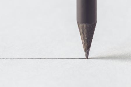 Nahaufnahme Schwarzer Bleistift mit Schlaganfall auf weißem Papier