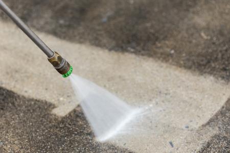 Close up nettoyage des sols en plein air avec jet d'eau à haute pression