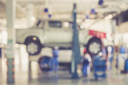 Onscherpe achtergrond: Thaise mensen repareren van de auto in de garage van vintage kleur Stockfoto