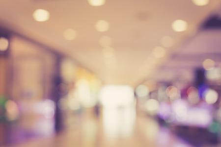 compras: imagen borrosa de un centro comercial con el bokeh, color de la vendimia