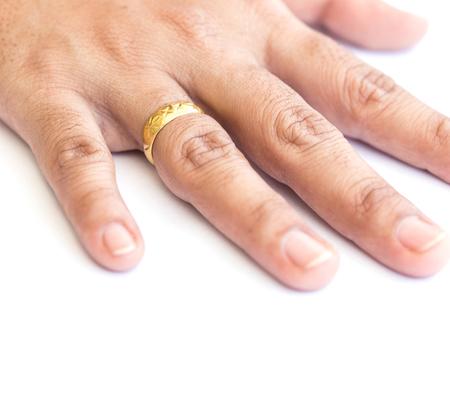 anillos de matrimonio: Cierre de la mano con el anillo de oro aislado en fondo blanco Foto de archivo