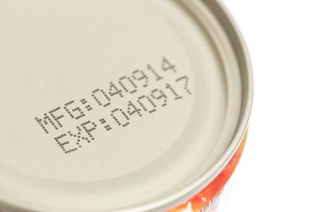 dattes: Macro date d'expiration sur les aliments en conserve isol� sur fond blanc Banque d'images