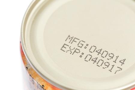 Macro date d'expiration sur les aliments en conserve isolé sur fond blanc Banque d'images