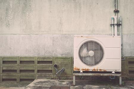 compresor: Compresor de aire acondicionado cerca de la pared