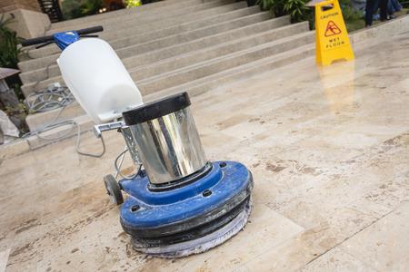 komercyjnych: Bliska niebieski maszyny do polerowania na kamiennej podłodze