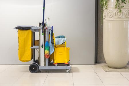 Seau de lavage jaune et ensemble d'équipements de nettoyage à l'aéroport