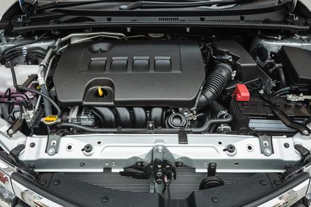 새로운 자동차 엔진의 세부를 닫습니다
