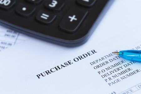 orden de compra: Cierre de la orden de compra con la pluma y la calculadora en la oficina
