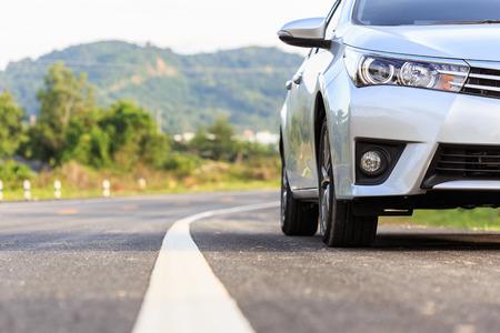 Close-up voor nieuwe zilveren auto parkeren op de asfaltweg