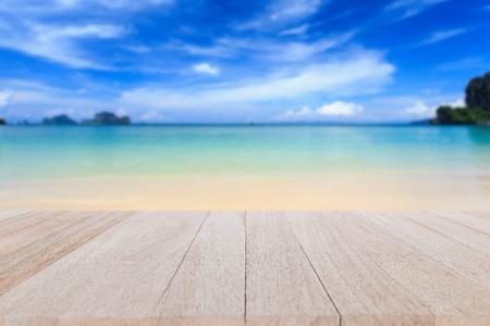 Close up top table en bois et flou de fond de plage tropicale