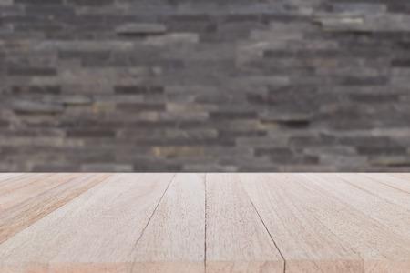 Close up vide top table de bois et mur de pierre de fond. Pour l'affichage des produits Banque d'images