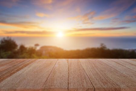 Close up top table en bois et brouiller coucher de soleil fond Banque d'images