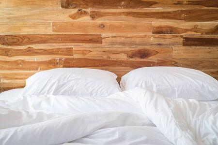 Close up der weißen Bettwäsche Bettwäsche und Kissen, Unordentlich Bett-Konzept Lizenzfreie Bilder