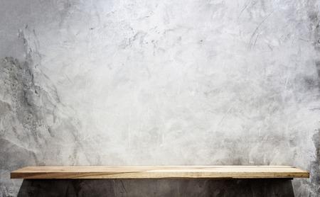 mostradores: Vac�os estantes superiores de madera y fondo de la pared de piedra. Para la exhibici�n del producto Foto de archivo