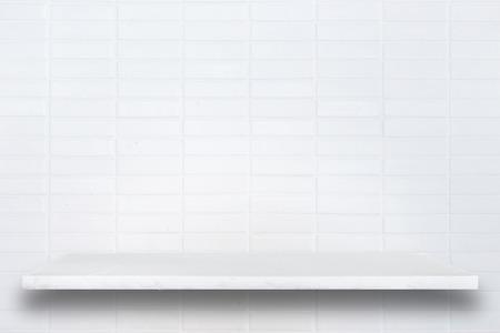 Haut Empty des tablettes en pierre naturelle et mur de pierre de fond. Pour l'affichage des produits Banque d'images - 45840360